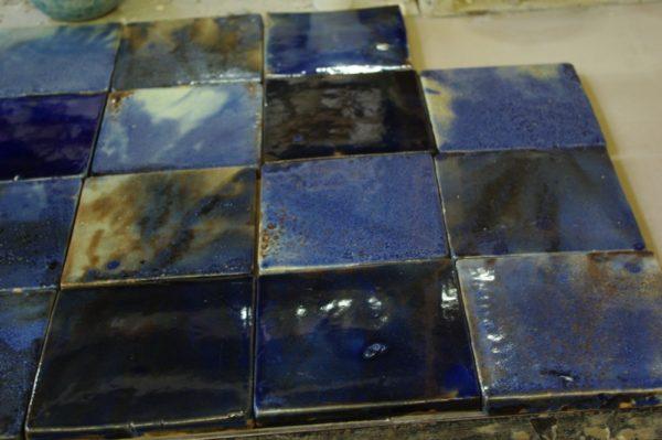 Изразцы покрыты синей майоликой