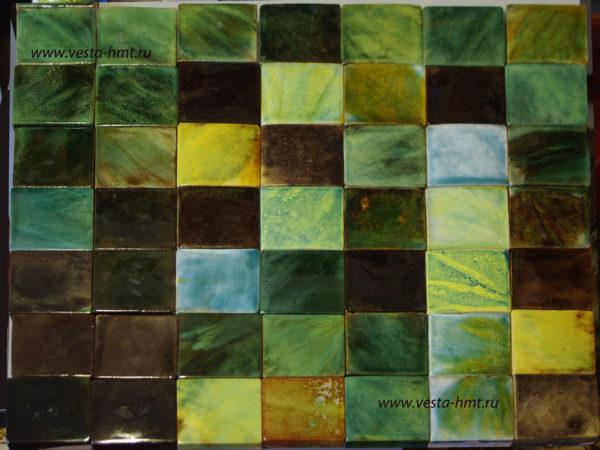 Зеленая и коричневая майолика на изразцах