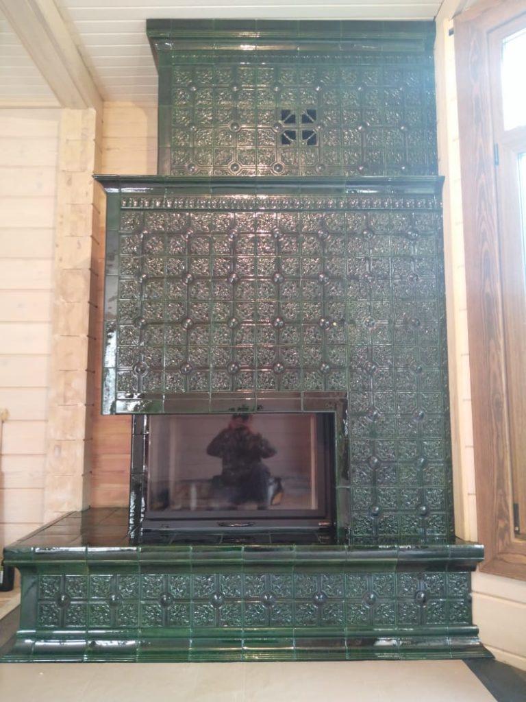 Зеленый угловой камин в загородном доме