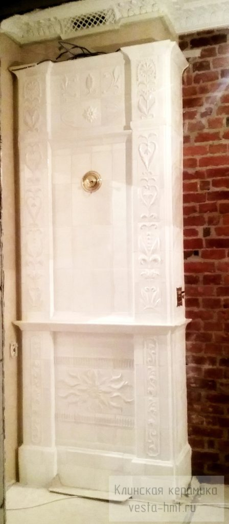 Изразцовая белая печь в старинной квартире